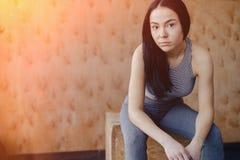 Moça no sportswear em um gym em um fundo simples, em um tema da aptidão, em um crossfit e no esporte foto de stock royalty free