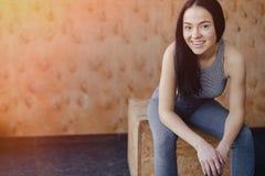 Moça no sportswear em um gym em um fundo simples, em um tema da aptidão, em um crossfit e no esporte imagem de stock royalty free