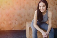Moça no sportswear em um gym em um fundo simples, em um tema da aptidão, e no esporte imagem de stock
