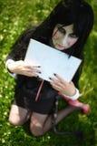 Moça no terno da boneca Billy com as placas cosplay fotos de stock royalty free
