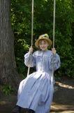 Moça no vestido azul antiquado no balanço da árvore fotografia de stock