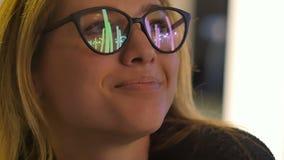 Moça nos monóculos que olham luzes de rua da noite vídeos de arquivo