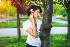 Moça nos vidros e na roupa ocasional no parque na natureza Fotos de Stock
