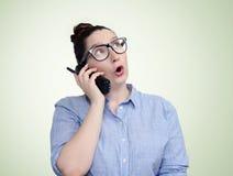 Moça nos vidros que fala emocionalmente no telefone foto de stock royalty free