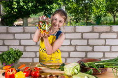 Moça orgulhosa que mostra vegetais fora engarrafados fotos de stock royalty free