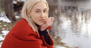 Moça pensativa que aprecia o inverno em um parque da cidade imagem de stock