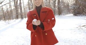 Moça pensativa que aprecia o inverno em um parque da cidade fotografia de stock royalty free