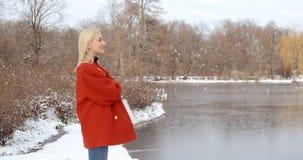 Moça pensativa que aprecia o inverno em um parque da cidade imagem de stock royalty free
