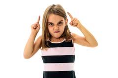A moça pequena está irritada, louco, desobediente com comportamento mau foto de stock