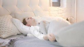 Moça perturbada agitada que tenta dormir na cama vídeos de arquivo