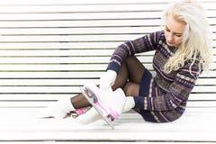 A moça prepara-se para a patinagem artística Fotografia de Stock