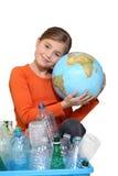 Moça que abraça um globo imagens de stock
