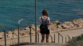 Moça que anda abaixo das escadas ao mar filme