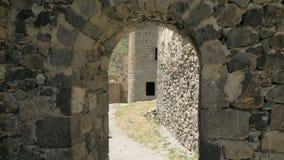 A moça que anda e vê a fortaleza de Khertvisi - Geórgia vídeos de arquivo
