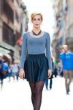 Moça que anda na cidade Forma da juventude imagens de stock