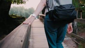 Moça que anda na ponte de madeira Turismo e curso video estoque