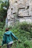 Moça que anda na selva para visitar o effig funerário da tau da tau imagens de stock royalty free