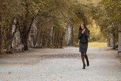 Moça que anda no parque do outono imagens de stock royalty free