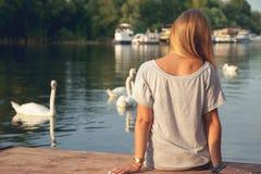 Moça que aprecia perto do rio Fotografia de Stock Royalty Free