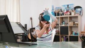 Moça que aprende sobre a biologia humana indicando um cérebro holográfico na frente dela video estoque