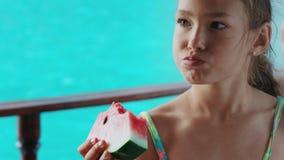 Moça que come a melancia madura no fundo do mar azul vídeos de arquivo