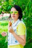 Moça que come o gelado delicioso Foto de Stock