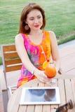 Moça que consulta o PC na moda da tabuleta Fotos de Stock Royalty Free