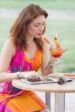 Moça que consulta o PC na moda da tabuleta Fotografia de Stock