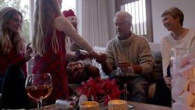 Moça que dá o presente de Natal a seu avô filme