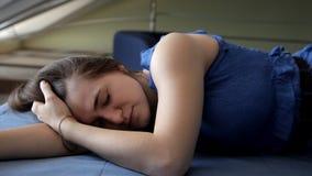A moça que dorme na cama azul e então feliz acorda video estoque