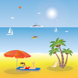 Moça que encontra-se na praia sob um guarda-chuva Fotografia de Stock