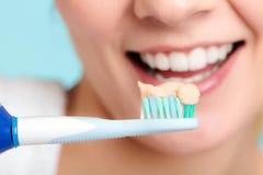 Moça que escova a cavidade oral fotografia de stock