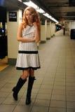 Moça que espera o trem no metro de NYC Foto de Stock Royalty Free