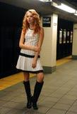 Moça que espera o trem no metro de NYC Imagem de Stock