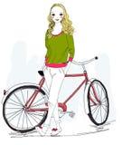 Moça que está perto da bicicleta Imagens de Stock