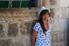 Moça que está perto das paredes velhas do castelo Fotografia de Stock