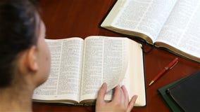 Moça que estuda sua Bíblia filme