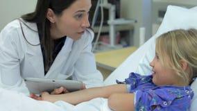 Moça que fala à unidade fêmea do doutor In Intensive Care filme