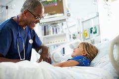 Moça que fala à unidade masculina de In Intensive Care da enfermeira foto de stock