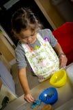 Moça que faz cookies do Natal fotos de stock royalty free