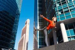 Moça que faz a ioga fora na cidade Imagens de Stock Royalty Free