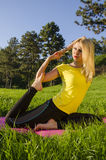 Moça que faz a ioga na pose do pombo da natureza Fotografia de Stock