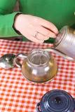 Moça que faz o chá na cozinha Imagem de Stock