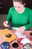 Moça que faz o chá na cozinha Foto de Stock Royalty Free