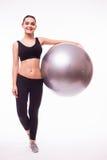 Moça que faz o exercício com bola dos pilates Foto de Stock