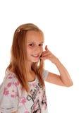 Moça que gesticula um telefonema Foto de Stock