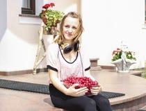 Moça que guarda a bacia de cerejas Fotografia de Stock