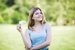 Moça que guarda a figura do cartão do caminhão Imagens de Stock