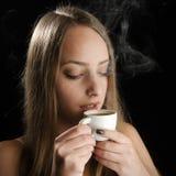 Moça que guarda o copo de café quente Fotografia de Stock Royalty Free