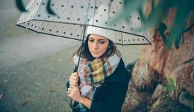 Moça que guarda o guarda-chuva em um dia chuvoso do outono Foto de Stock Royalty Free